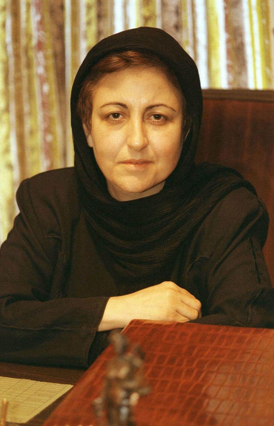 En 2003, Shirin Ebadi (71 ans), première femme juge en Iran, reçoit le prix Nobel de la paix pour son engagement en faveur des droits humains.