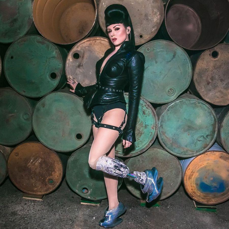 Chanteuse et mannequin, Viktoria Modesta (31 ans) aspire à faire changer les regards sur le handicap en mettant en scène sa prothèse dans ses clips et sur les podiums.