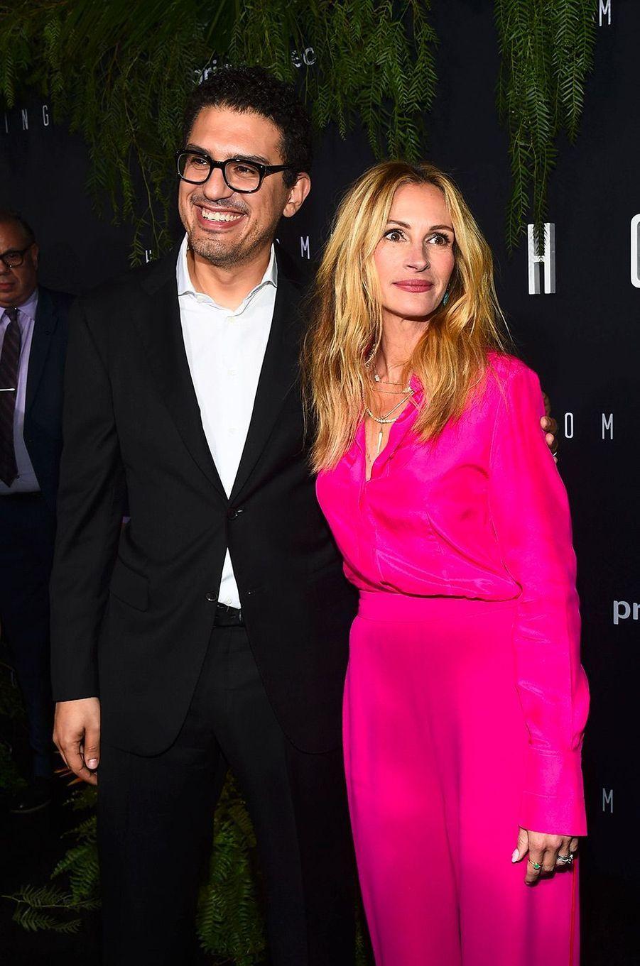 "Julia Roberts et Sam Esmail à la première de ""Homecoming"" à Los Angeles, mercredi 24 octobre"