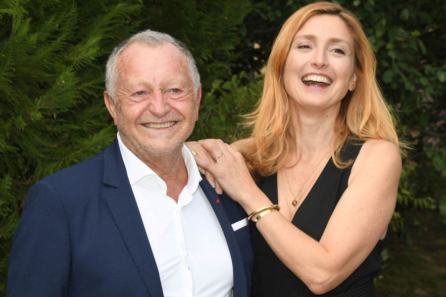 Jean-Michel Aulas et Julie Gayet au photocall du film «Les joueuses» au Festival du film Francophone d'Angoulême le 1er septembre 2020