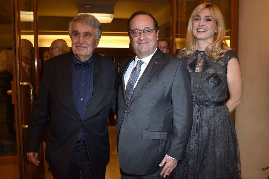 Jean-Loup Arnaud (président du comité de Paris de l'association) avec François Hollande et Julie Gayet au Gala de l'Espoir de la Ligue contre le cancer au Théâtre des Champs-Elysées à Paris le 22 octobre 2019