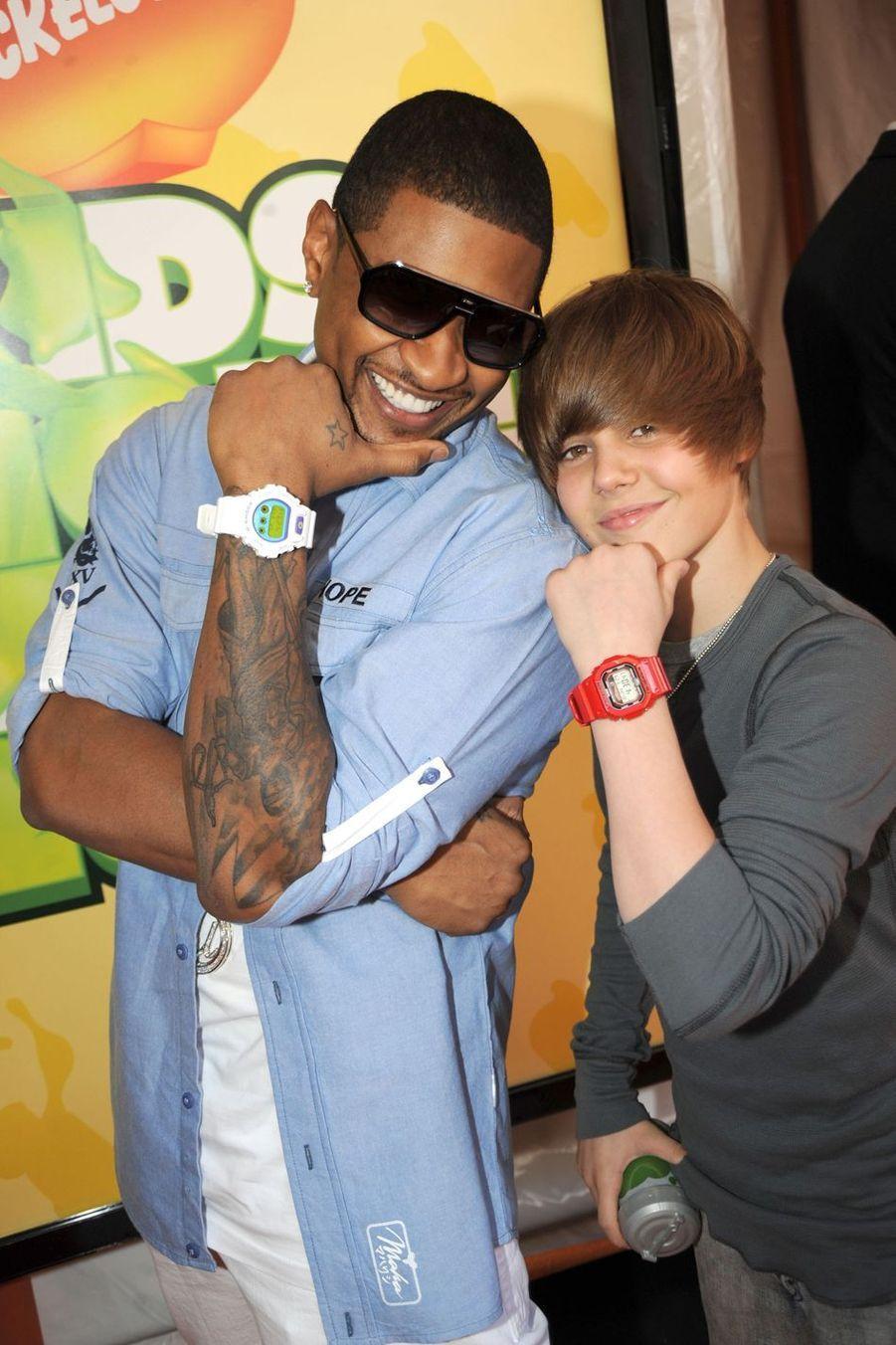 Justin Bieber avec Usher, son mentor, lors desNickelodeon's Kids' Choice Awards en mars 2009 à Westwood