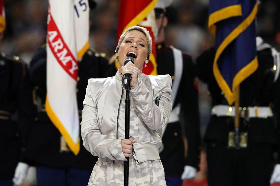 Pink a interprété l'hymne américain lors du Super Bowl.