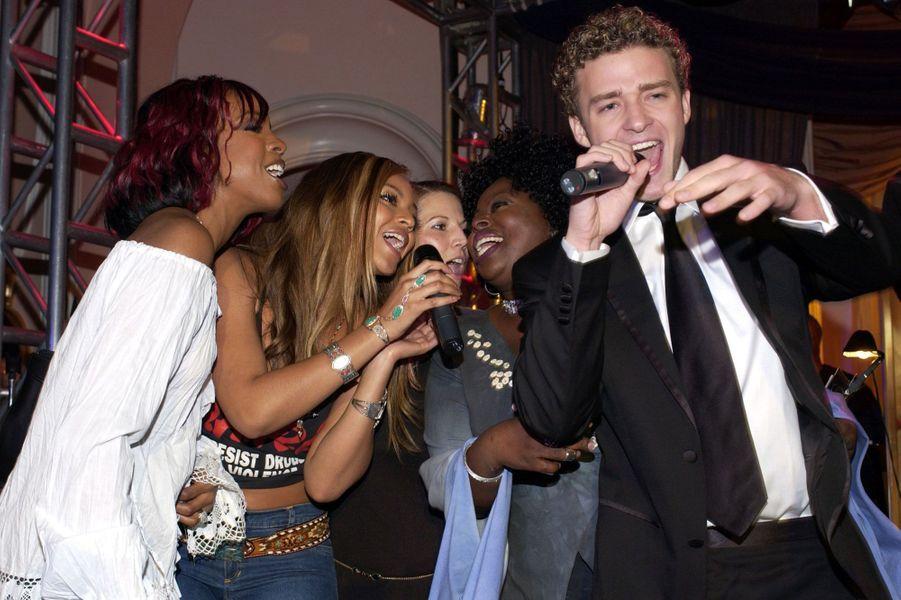 Justin Timberlake avec Kelly Rowland, Angie Stone et Beyoncé Knowles à la 44ème cérémonie des Grammy Awards.
