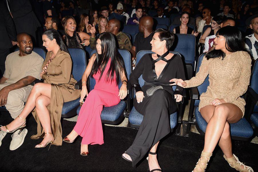Kim Kardashian et Kanye West avec Kourtney Kardashian, Kris et Kylie Jenner aux MTV Video Music Awards à Los Angeles en août 2015