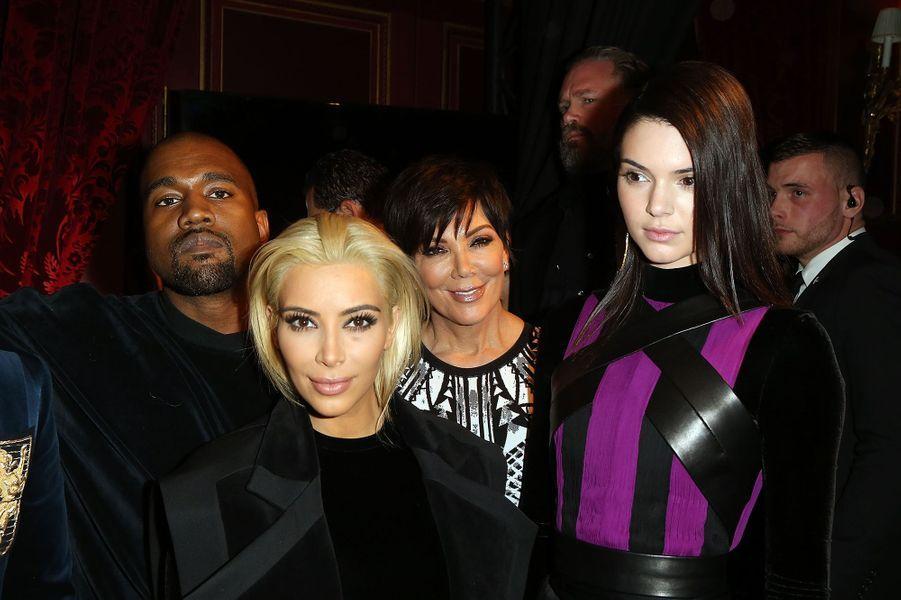 Kim Kardashian et Kanye West avec Kris Jenner et Kendall Jenner au défilé Balmain à Paris en mars 2015