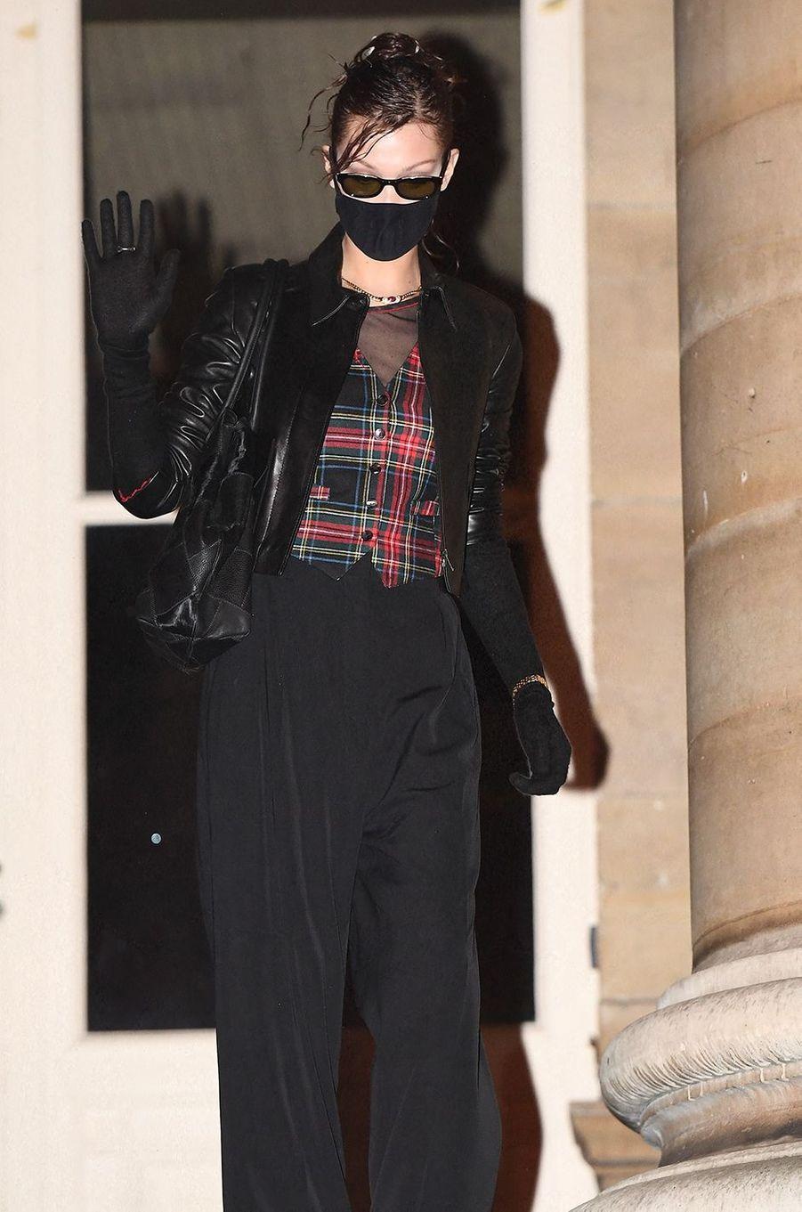 Bella Hadidsort du défilé Fendi à Paris le 27 janvier 2021