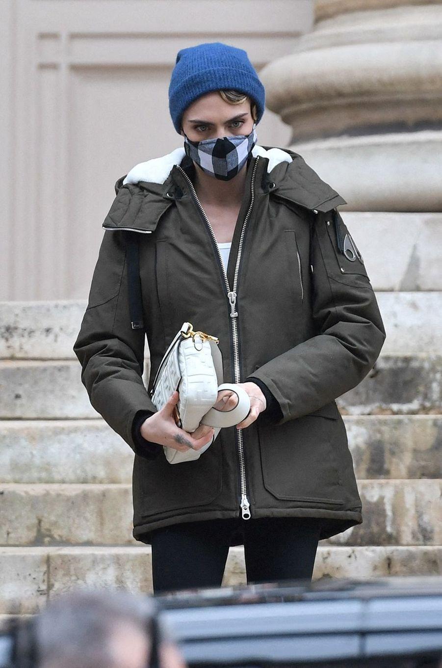 Cara Delevingne sort du défilé Fendi à Paris le 27 janvier 2021