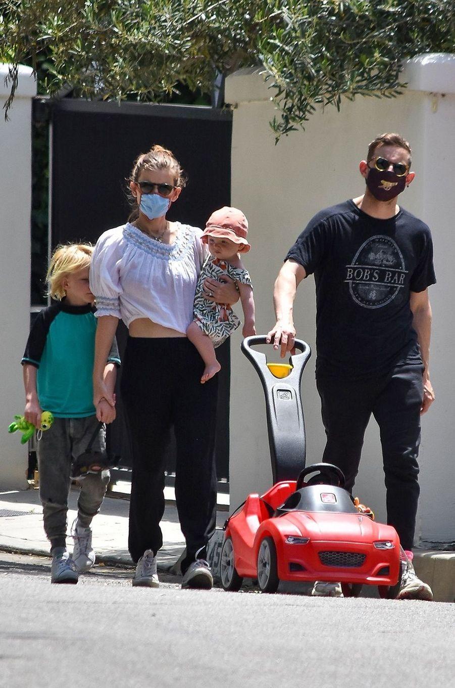 Kate Mara et Jamie Bell avec leurs enfants à Los Angeles le 23 mai 2020