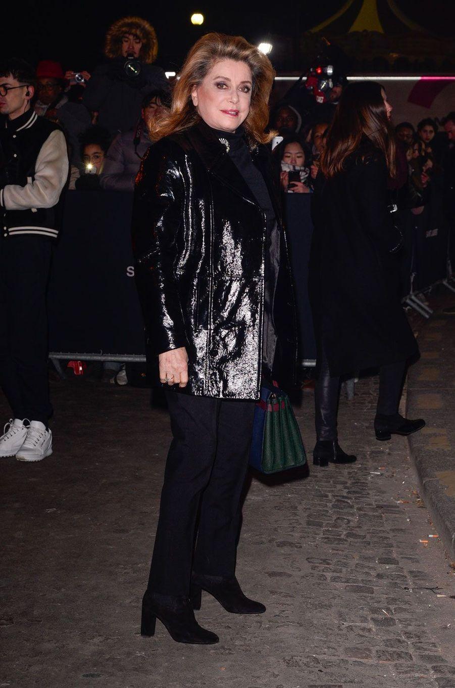 Catherine Deneuve au défilé Saint Laurent à Paris, le 27 février