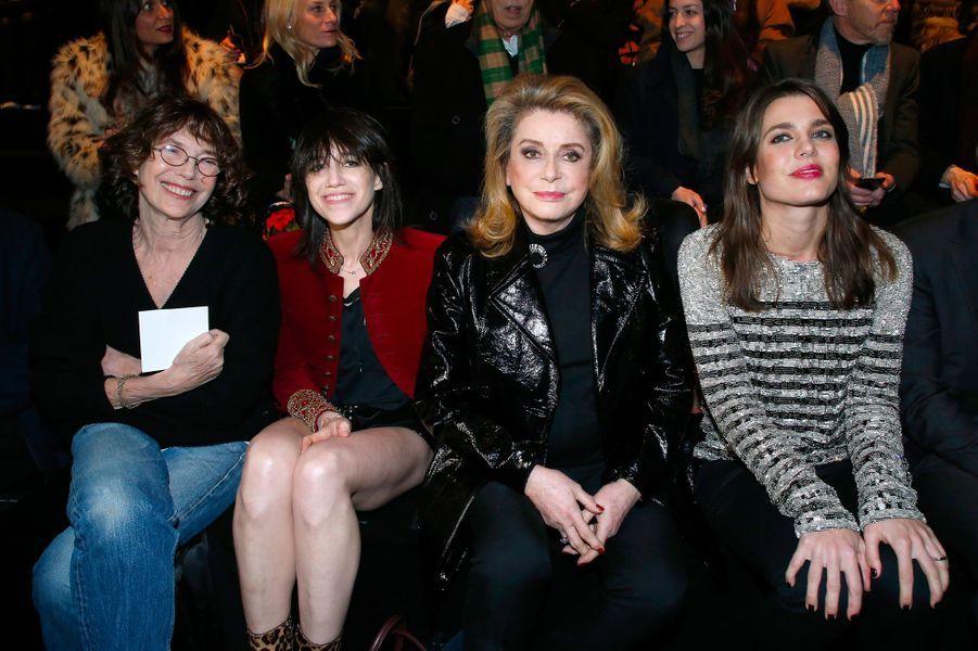 Jane Birkin, Charlotte Gainsbourg, Catherine Deneuve et Charlot Casiraghi au défilé Saint Laurent à Paris, le 27 février