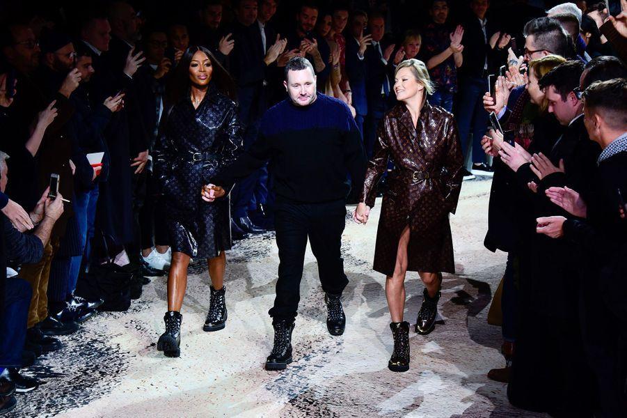 Kim Jones accompagné de Naomi Campbell et Kate Moss pour son dernier défilé Louis Vuitton
