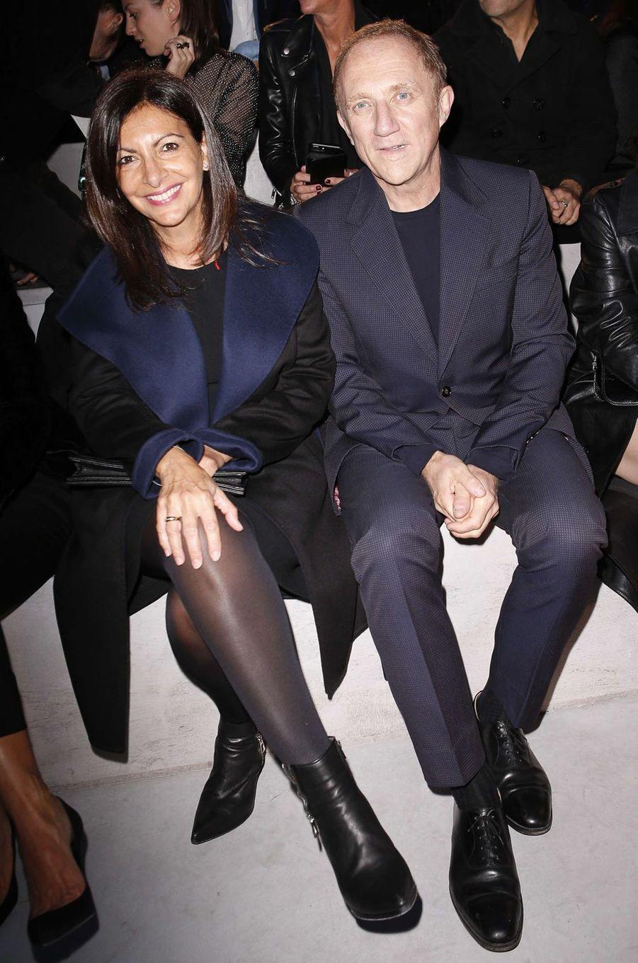 Anne Hidalgo et François-Henri Pinaultau défilé Yves Saint Laurent, le 26 septembre 2017 à Paris.