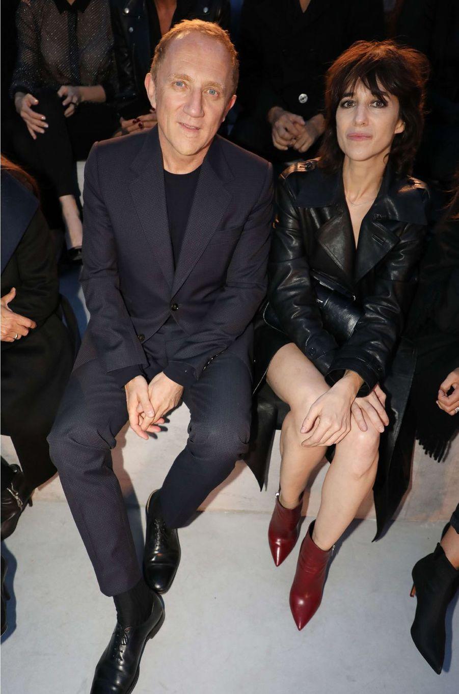 François-Henri Pinault et Charlotte Gainsbourgau défilé Yves Saint Laurent, le 26 septembre 2017 à Paris.