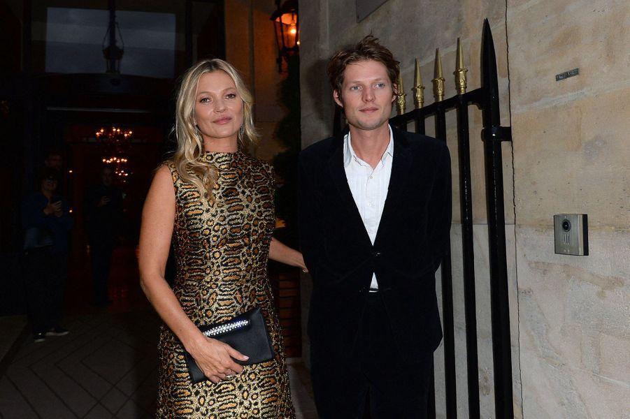 Kate Moss et Nikolaivon Bismarck à Paris le 23 septembre 2019