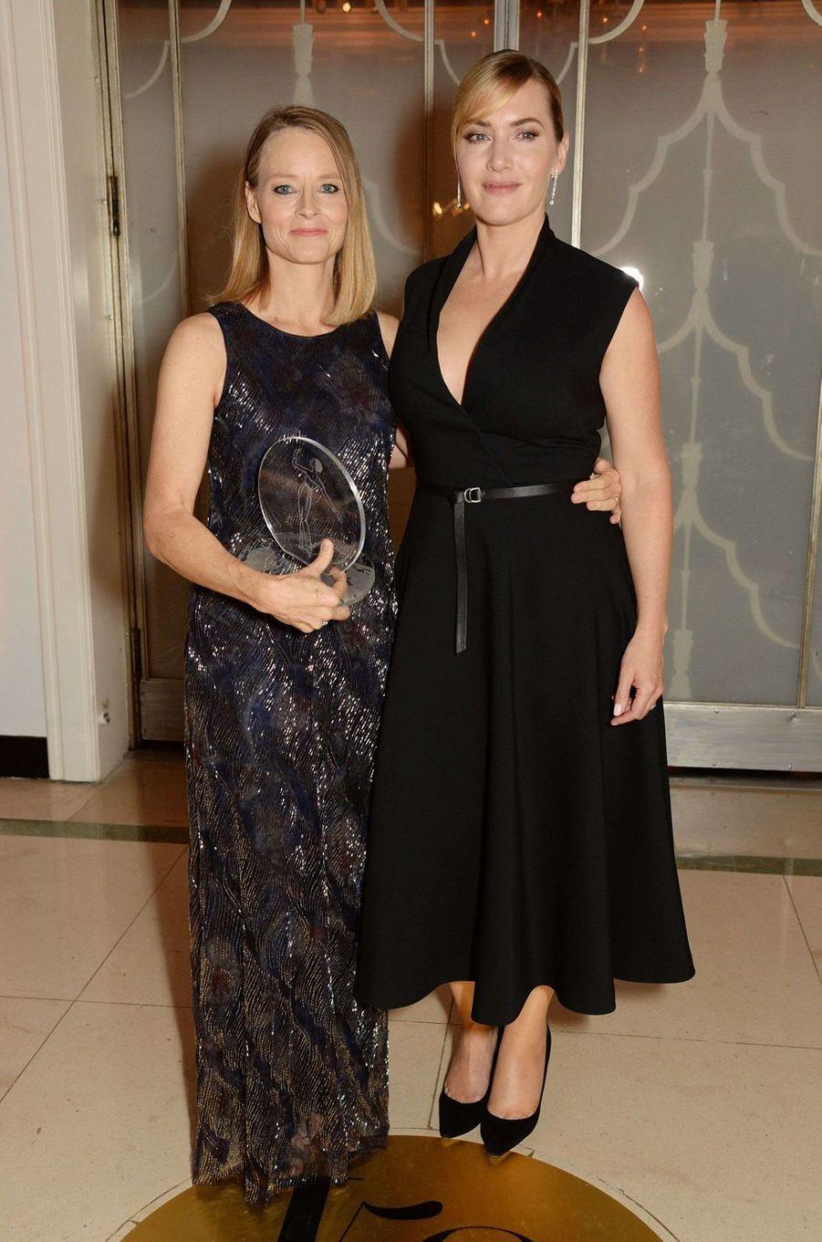 """Jodie Foster et Kate Winsletà la soirée """"Harper's Bazaar"""", le 2 novembre 2017 à Londres."""