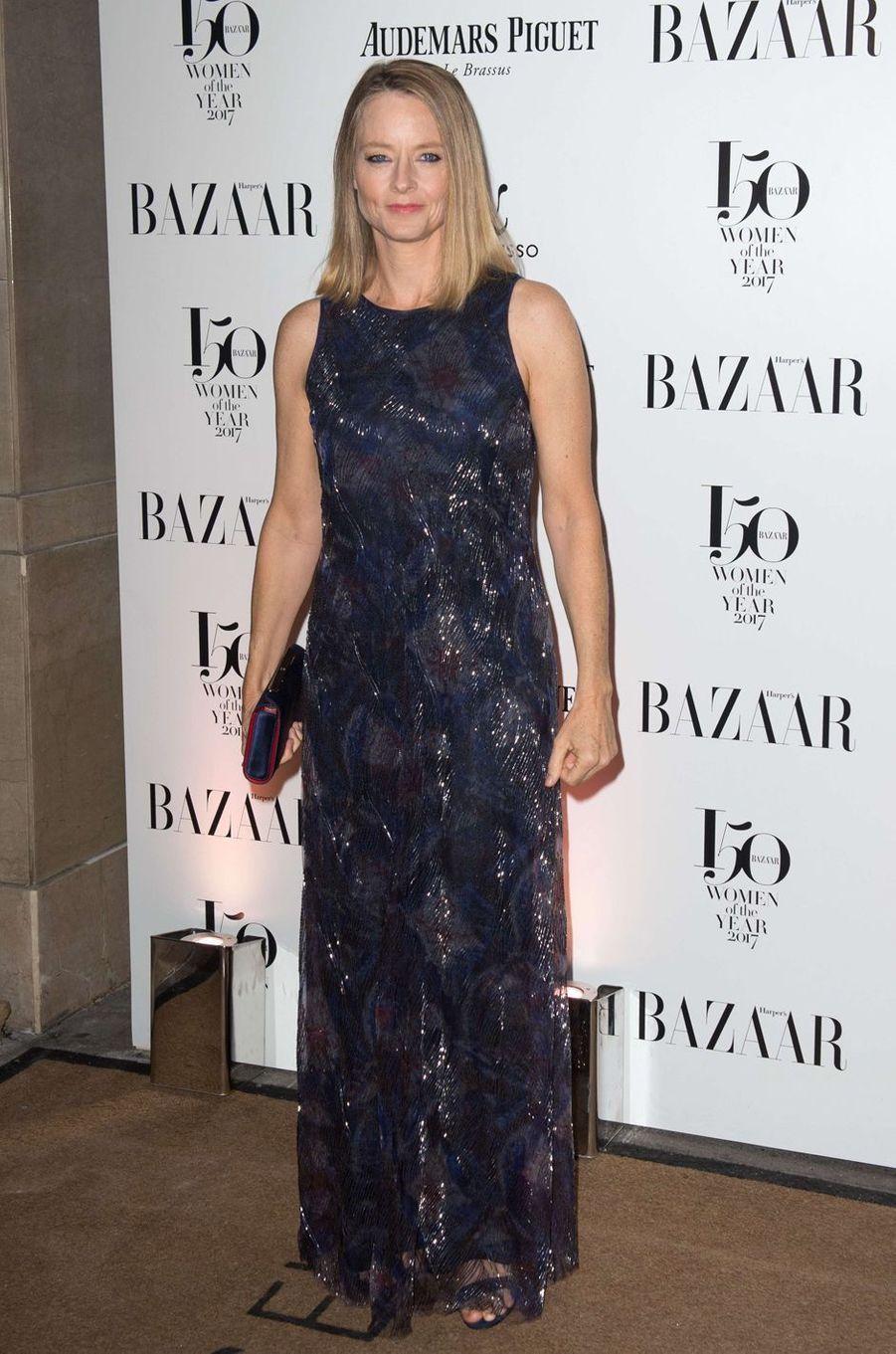 """Jodie Fosterà la soirée """"Harper's Bazaar"""", le 2 novembre 2017 à Londres."""