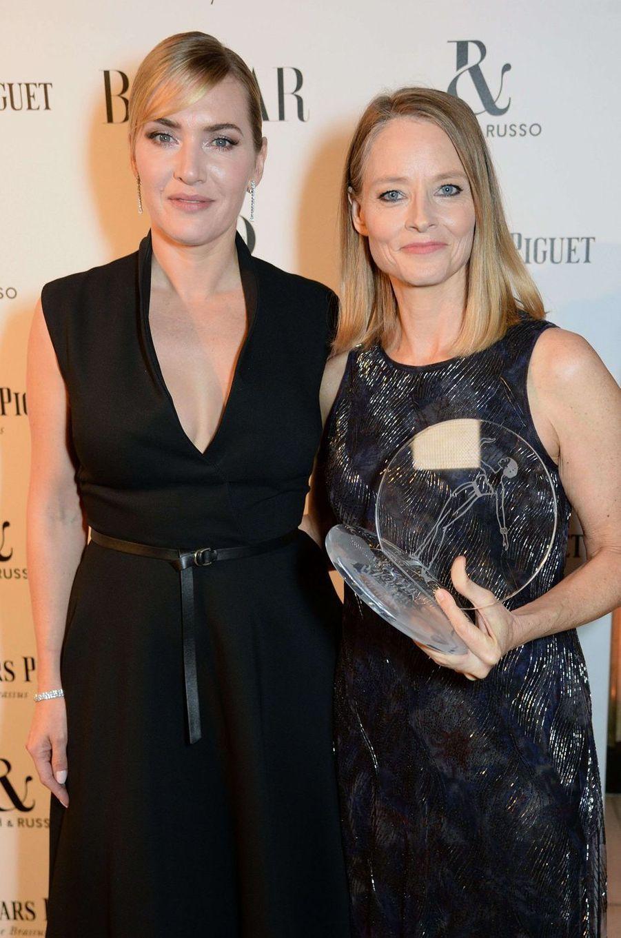 """Kate Winslet et Jodie Fosterà la soirée """"Harper's Bazaar"""", le 2 novembre 2017 à Londres."""