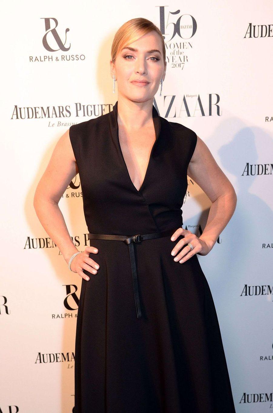 """Kate Winsletà la soirée """"Harper's Bazaar"""", le 2 novembre 2017 à Londres."""