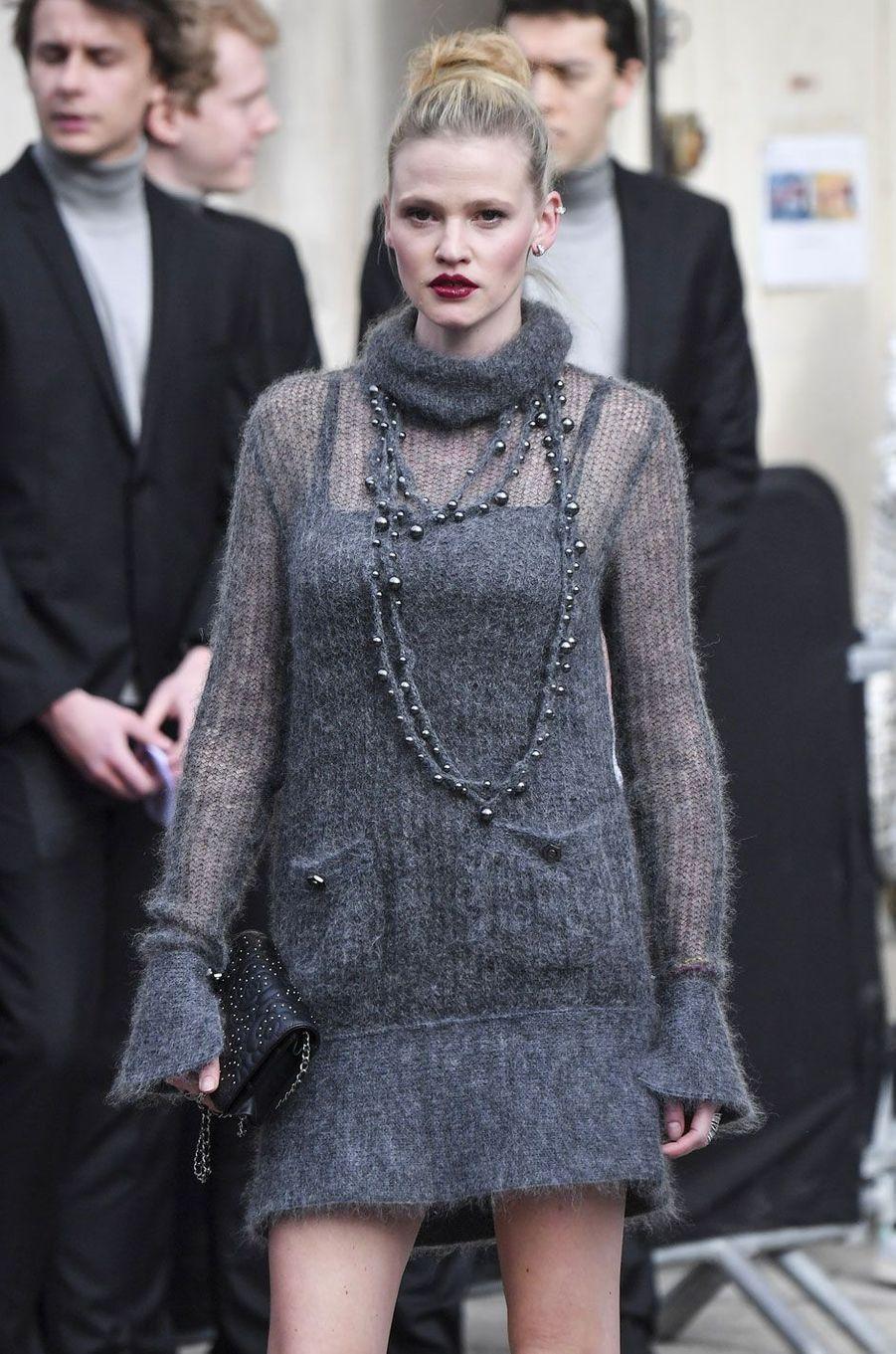 Lara Stone au défilé Chanel, à Paris le 6 mars 2018