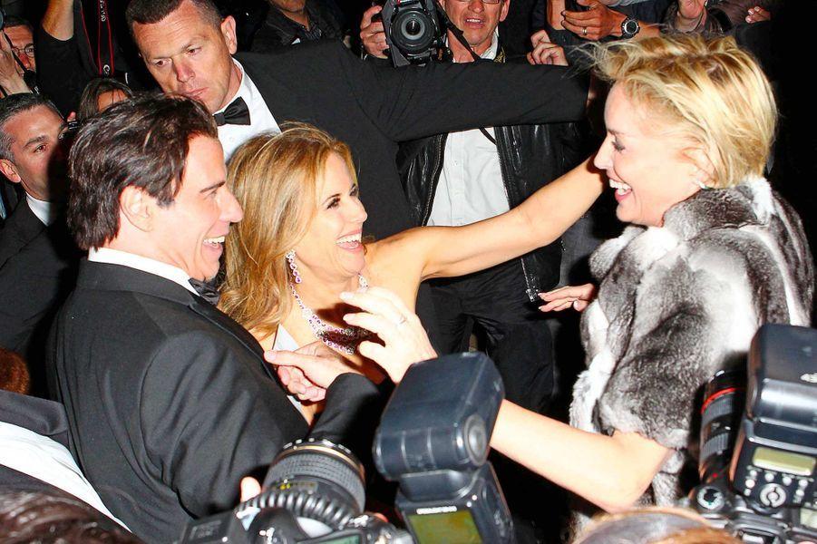 John Travolta et Kelly Preston avec Sharon Stone, en mai 2014.