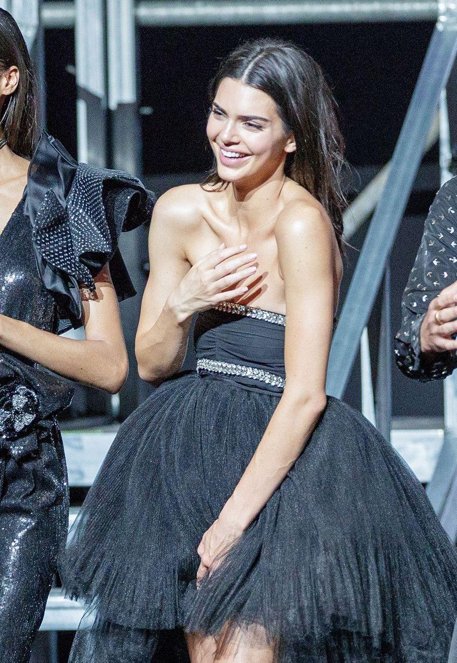 Kendall Jennerlors du défilé de Carine Roitfled au Gala de l'amfAR 2019
