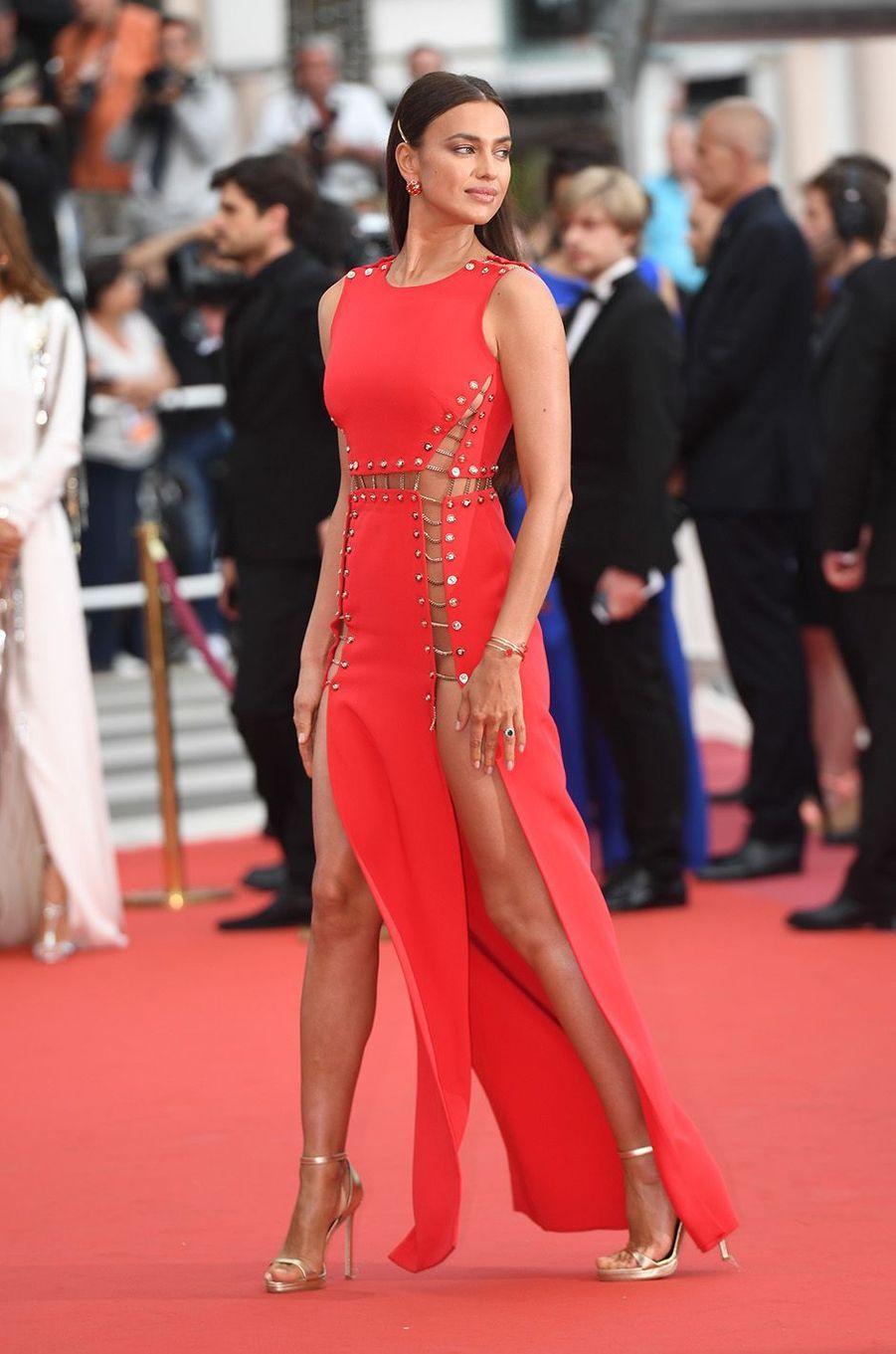 Irina Shayk a osé la transparence à Cannes.