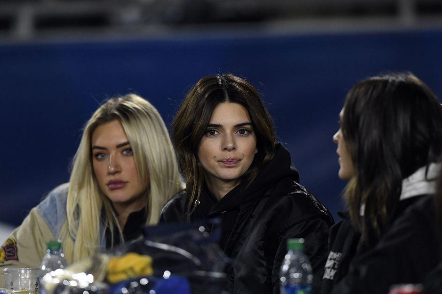 Kendall Jenner et ses amis lors du match de football opposant les Los Angeles Rams auxBaltimore Ravens à Los Angeles le 25 novembre 2019