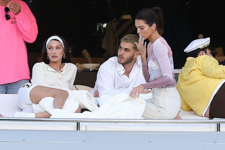 Kendall Jenner sur un yacht avec Bella Hadid, Fai Khadra et Kourtney Kardashian à Miami le 4 décembre 2019