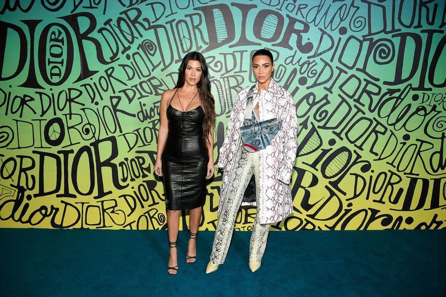 Kourtney et Kim Kardashian assistent au défilé automne-hiver 2020 Dior à Miami le 3 décembre 2019.