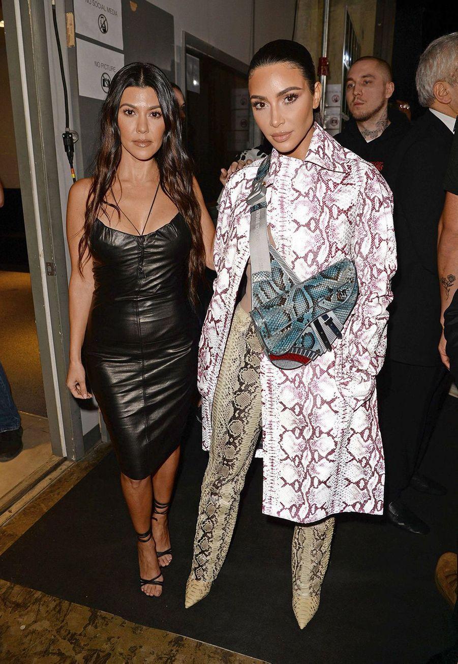Kourtney et Kim Kardashianassistent au défilé automne-hiver 2020 Dior à Miami le 3 décembre 2019.