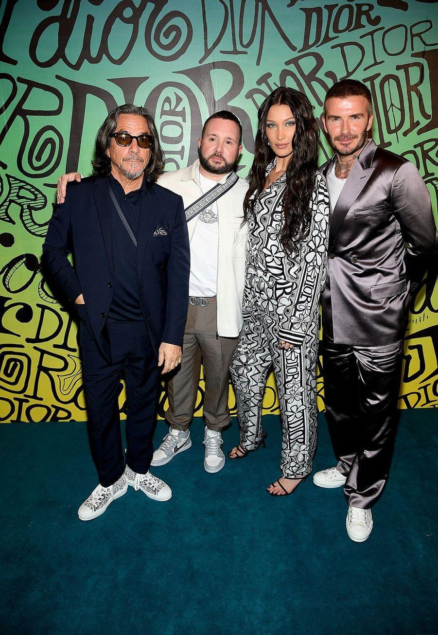 Le créateur de mode Shawn Stussy, ledirecteur artistique de Dior HommeKim Jones, Bella Hadid et David Beckhamassistent au défilé automne-hiver 2020 Dior à Miami le 3 décembre 2019.