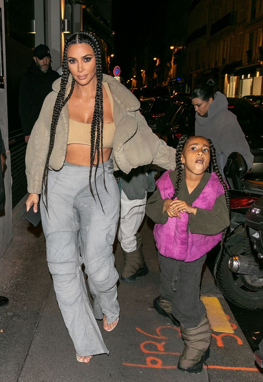 """Kim Kardashian et sa fille aînée North Westse rendent aurestaurant """"Le Piaf"""" où avait lieu l'after party du défilé Yeezy à Paris le 2 mars 2020."""