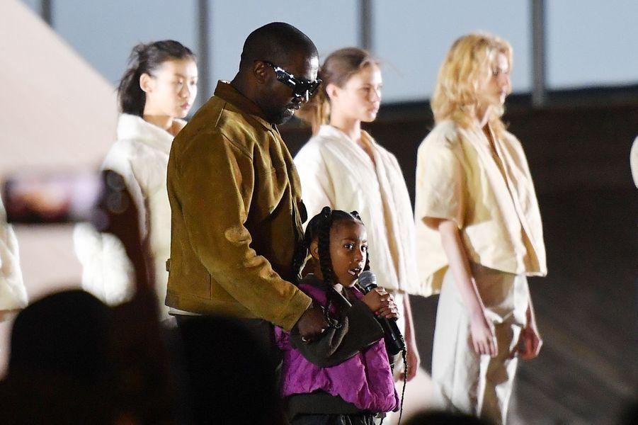 Kanye West et sa fille aînée North Westlors dela présentation de la 8ème saisonde la marque Yeezyà Paris, le 2 mars 2020.
