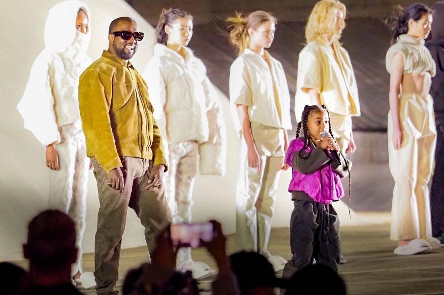 Kanye West et sa fille aînée North West lors dela présentation de la 8ème saison de la marque Yeezy à Paris, le 2 mars 2020.