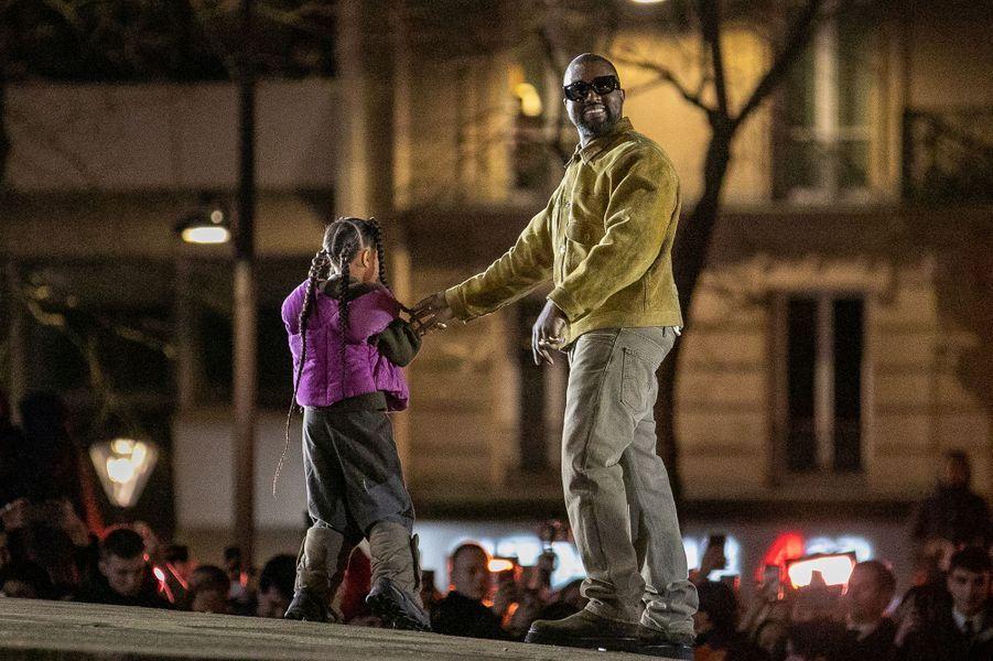 Kanye West et sa fille aînée North Westaprès la présentation de la 8ème saison de la marque Yeezy à Paris, le 2 mars 2020.