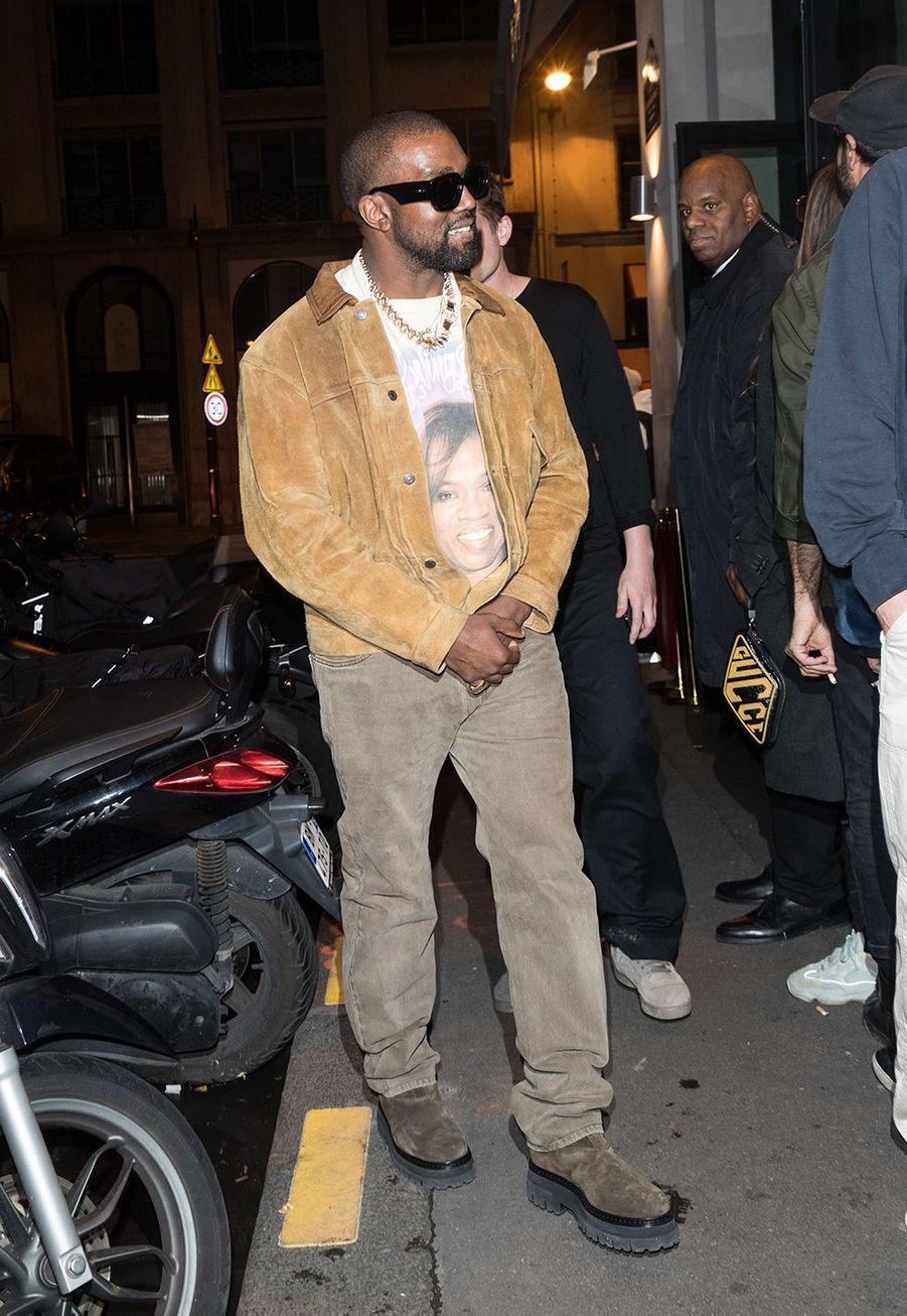"""Kanye Westse rend aurestaurant """"Le Piaf"""" où avait lieu l'after party de son défilé Yeezy à Paris le 2 mars 2020."""