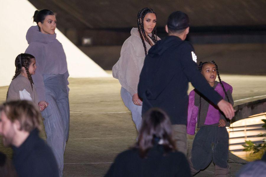 Kim Kardashian et Kourtney Kardashian arrivent avec leurs filles àla présentation de la 8ème saison de la marque Yeezy à Paris, le 2 mars 2020.
