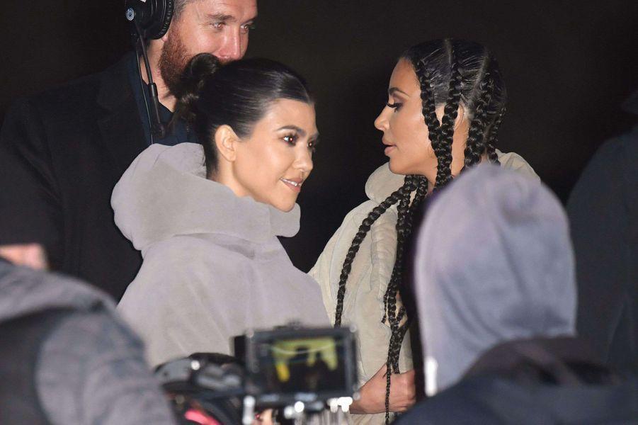 Kim Kardashian et Kourtney Kardashian arriventàla présentation de la 8ème saison du label Yeezy à Paris, le 2 mars 2020.