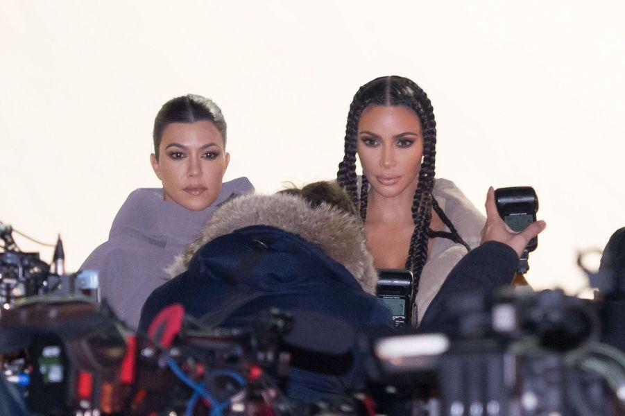 Kim Kardashian et Kourtney Kardashianarriventàla présentation de la 8ème saison de la marque Yeezy à Paris, le 2 mars 2020.