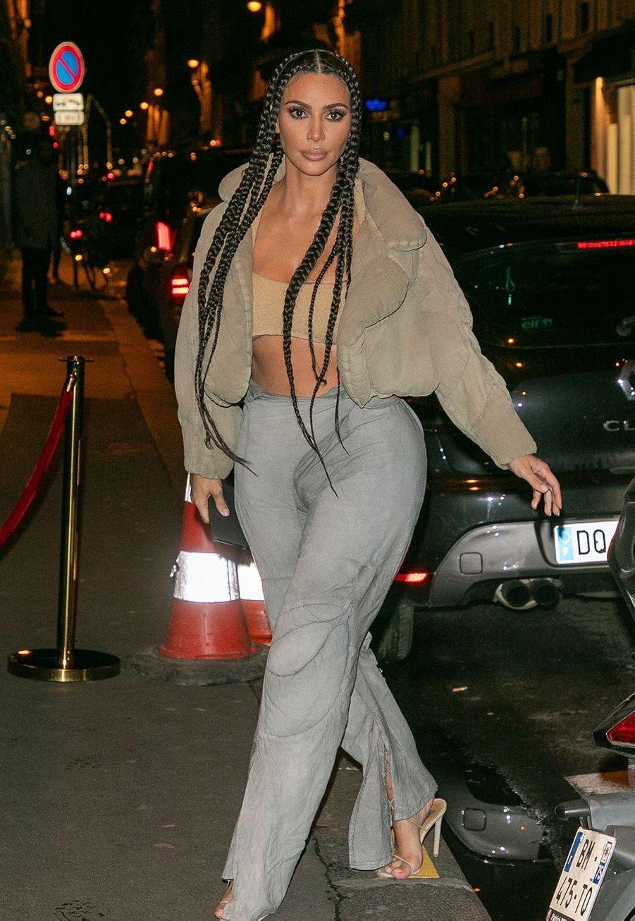 """Kim Kardashian se rendaurestaurant """"Le Piaf"""" où a eu lieu l'after party du défilé Yeezy à Paris le 2 mars 2020."""