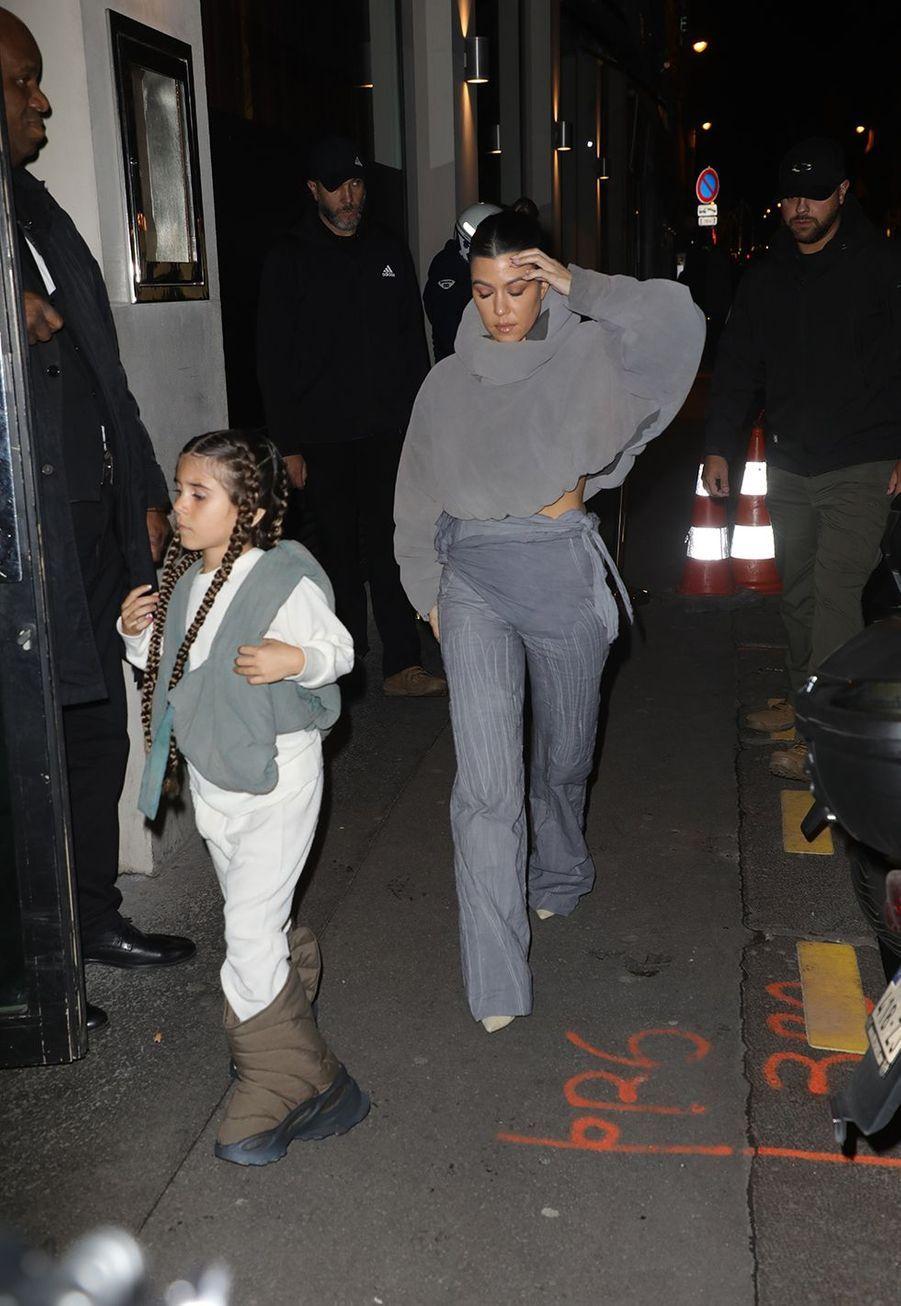 """Kourtney Kardashian et sa fillePenelope Disickse rendent aurestaurant """"Le Piaf"""" où avait lieu l'after party du défilé Yeezy à Paris le 2 mars 2020."""