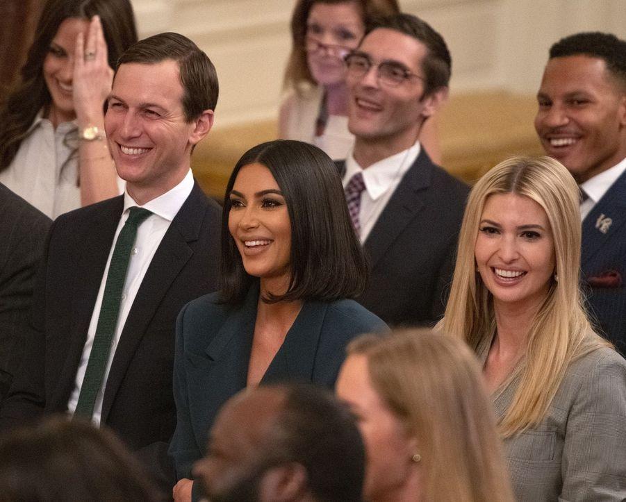 Kim Kardashian à la Maison-Blanche aux côtés de Trump (Vidéos + Photos)