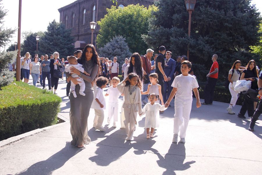 Kim Kardashian accompagnée de sa sœur Kourtney Kardashian lors du baptême de ses trois enfants Saint, Chicago et Psalm en Arménie le lundi 7 octobre 2019.