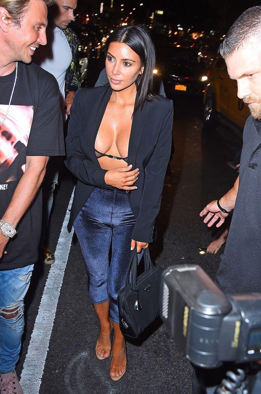 Kim Kardashian en soutien-gorge dans les rues de New York, le 10 juillet 2017.