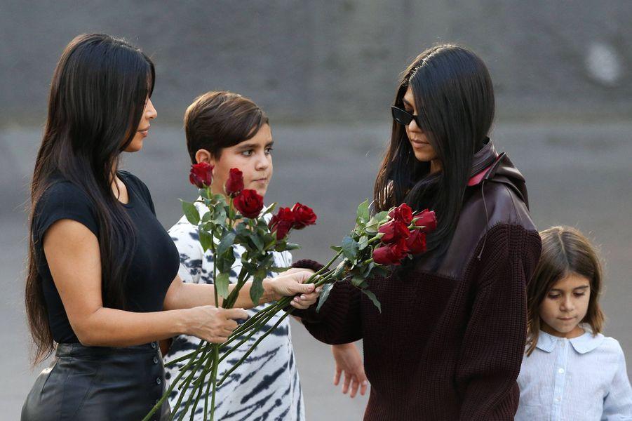 Kim Kardashian avec sa soeur Kourtney et ses neveux Mason et Penelope àErevan, en Arménie, le 8 octobre 2019