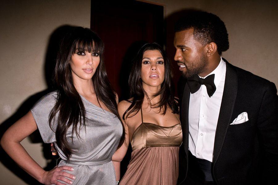 Kim Kardashian, Kourtney Kardashian et Kanye West lors d'une soirée à Los Angeles en décembre 2008
