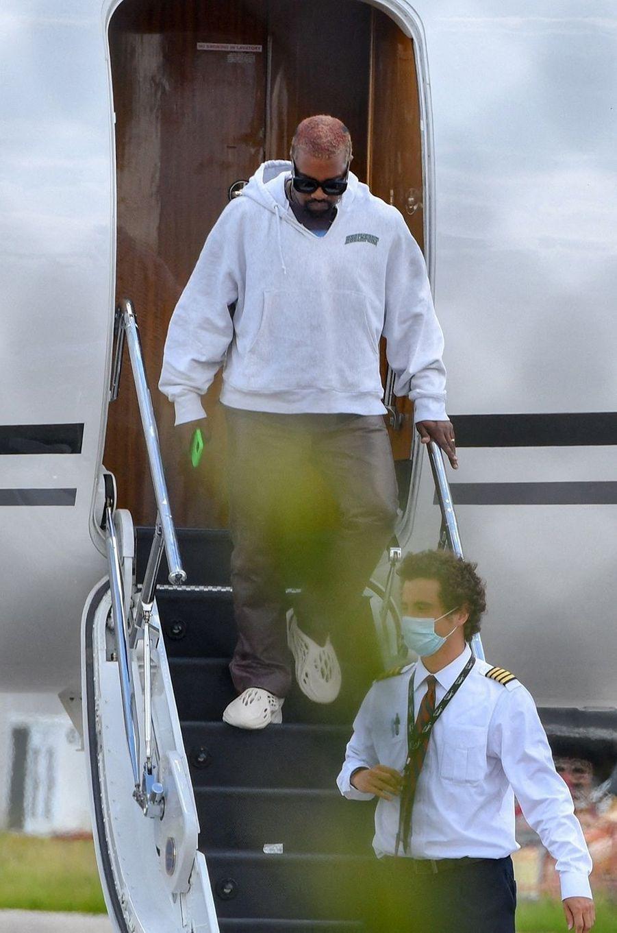 Kanye Westà la sortie d'un avion privé à Miami le 9 août 2020