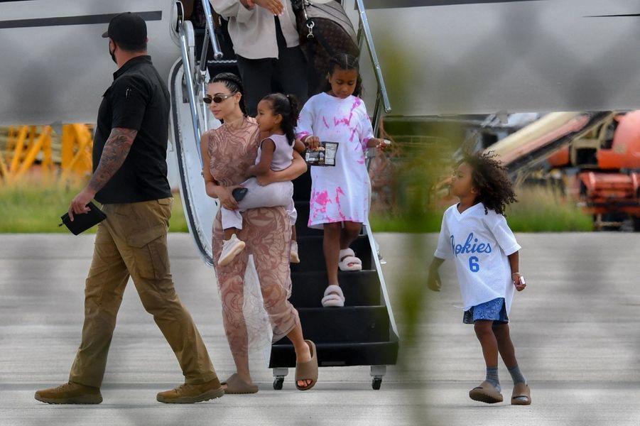 Kim Kardashian et ses enfants Saint, Chicago et Northà la sortie d'un avion privé à Miami le 9 août 2020