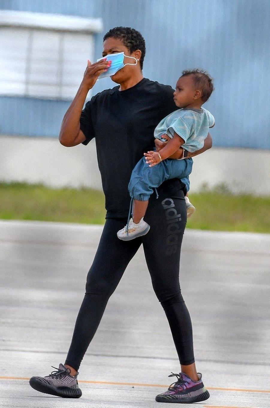 Psalm West dans les bras de sa nounouà la sortie d'un avion privé à Miami le 9 août 2020